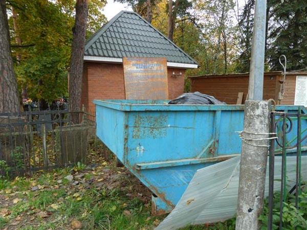 Так выглядит вход на переделкинское кладбище. На ржавой доске требование ссыпать мусор с могил только сюда.
