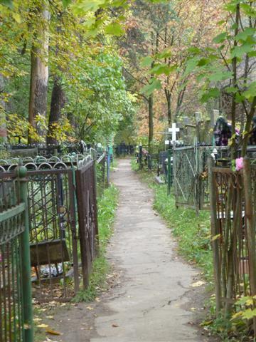 Пошли по тропинке, ища указатель к могилам Пастернака и Чуковских.