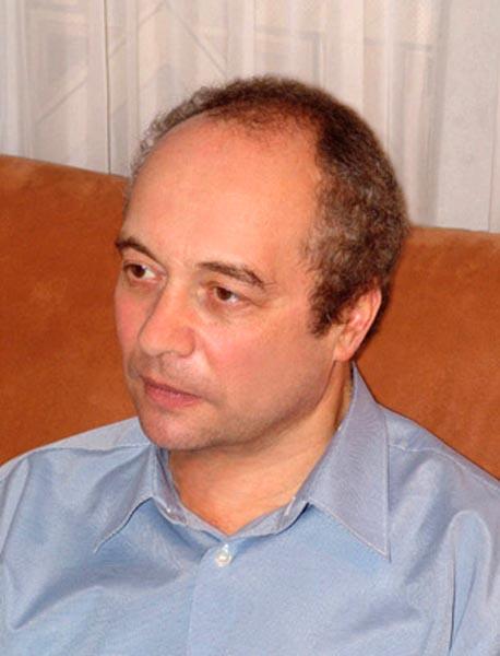 Кирилл Пинхосович Подрабинек родился в 1952 г. в Москве. Участник правозащитного движения, в 1977-83 годах – политзаключенный. Печатался, в основном как публицист, в «самиздате», за рубежом, российских изданиях постсоветского времени. Живет в городе Электростали Московской области, работает в котельной.